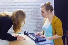 Dekorat?r f?r yrkesm?ssiga kvinnor som arbetar med kraft papper arkivbilder