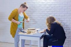 Dekorat?rer f?r yrkesm?ssiga kvinnor som arbetar med kraft papper royaltyfri foto