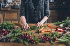 Dekorateur, der Weihnachtskranz macht stockbilder