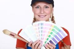 Dekorateur mit einem Farbdiagramm lizenzfreie stockfotos