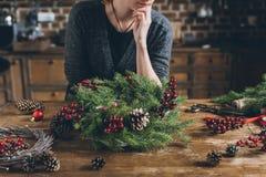 Dekorateur mit Weihnachtskranz lizenzfreies stockfoto