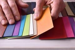 Dekorateur, welche nach Materialien für Innenprojektplanung elev sucht stockfotos