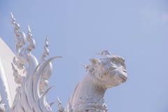 Dekoration auf Dach von Wat Rong Khun Stockbilder