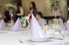 Dekoration auf dem Tisch und Leute Stockbild