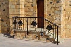 Dekoration auf den Geländerdocken der zwei-köpfigen Adler der Kirche gemacht vom Eisen Stockfotografie