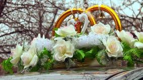 Dekoration auf Hochzeitsauto stock footage