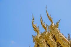 Dekoration auf Spitzenkirchen-Dach von Wat Rong Khun Stockfotografie