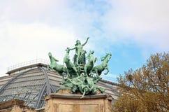 Dekoration der Brücke Alexander III. (19. Jahrhundert), des Sieges und der Pferde (Paris, Frankreich) Stockfotografie