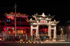 Dekoration der Dachspitze Chinesische Drachestatue auf chinesischen Tempel lizenzfreie stockfotografie