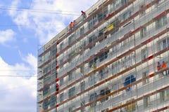 Dekoration der Fassade eines Wohngebäudes für den Weltcup 2018 in Kaliningrad Stockfotografie