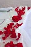 Dekoration der roten Roseblumenblätter für eine Hochzeit Stockfotografie