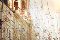 Dekoration der Straße mit dekorativen Girlanden und Lichtern lizenzfreie stockbilder