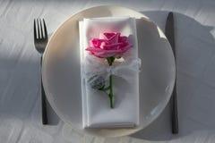 Dekoration der Tabelle mit Blumen Lizenzfreie Stockbilder