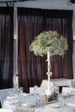 Dekoration der Tabelle mit Blumen Stockfoto