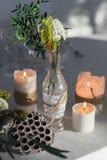 Dekoration der Tabelle mit Kerzen und Blumen Lizenzfreies Stockbild