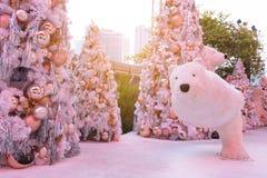 Dekoration der weißen Weihnacht mit den silbernen u. goldenen Bällen auf Tannenzweigen mit Eisbären Stockbild