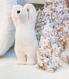 Dekoration der weißen Weihnacht mit den silbernen u. goldenen Bällen auf Tannenzweigen mit Eisbären Lizenzfreie Stockfotos