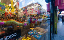 Dekoration des China-Stadtbezirkes, der im Shopfenster sich reflektiert Stockfotografie