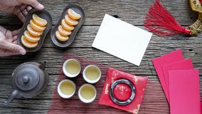 Dekoration des Chinesischen Neujahrsfests auf hölzernem Hintergrund mit glatten Texteingabebereichen stockfoto