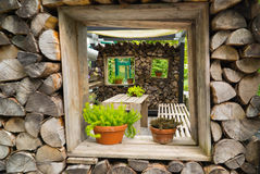 Dekoration des Hauses vom Brennholz Lizenzfreie Stockfotografie