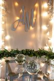 Dekoration des HochzeitsAbfertigungsschalters Glasbereich, Lichterketten und Kranz von Blättern lizenzfreie stockfotos