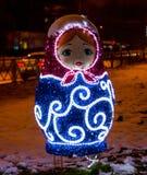 Dekoration des neuen Jahres auf der Straße in Form von matrioshka lizenzfreie stockfotos