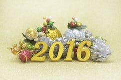 Dekoration des neuen Jahres 2016 mit Weihnachts-Verzierung auf Gold-backgro Stockbilder