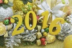 Dekoration des neuen Jahres 2016 mit Weihnachts-Verzierung auf Gold-backgro Stockfoto