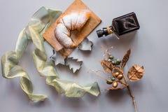 Dekoration des neuen Jahres und des Winters streifte goldenes und weißes 2017 Stockfotografie