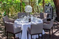 Dekoration einer Hochzeitstafel im Garten Stockfotografie