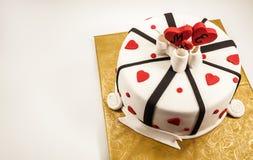 Dekoration eines Jahrestags-Kuchens stockfotos