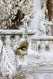 Dekoration eines weißen Tempels in Chiang Rai, Thailand Stockbilder