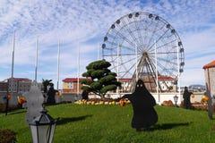 Dekoration für Halloween und eine Ansicht Ferris Wheels Stockfotos