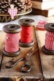 Dekoration mit hölzernen Spulen und roten Bändern Lizenzfreies Stockfoto