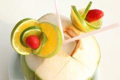 Dekoration mit Kalk und Erdbeeren mit zwei streut in der Kokosnuss stockfotografie