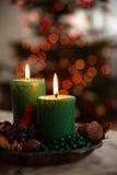 Dekoration mit Kerzen und blured Leuchten lizenzfreie stockfotos