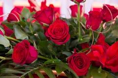Dekoration mit roten Rosen und Lilie Stockfotografie
