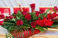 Dekoration mit roten Rosen und Lilie Stockbilder