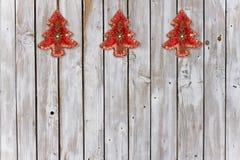 Dekoration mit Weihnachtsbaum-Samt-Verzierungen auf verwittertem natürlichem Hintergrund stockfotografie