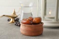 Dekoration und Nahrung von Ramadan Kareem-Feiertag auf grauer Tabelle stockfoto