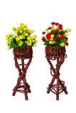 Dekoration und Sammlung künstliche Blumen des Gewebes in hölzernem Lizenzfreies Stockfoto