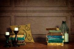 Dekoration von Büchern, von Kerzen und von Kissenzellen Lizenzfreie Stockfotos