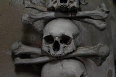 Dekoration von den menschlichen Knochen und von den Schädeln Stockfotografie