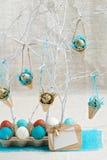 Dekoration von Ostereiern in den blauen Tönen Abbildung der roten Lilie Lizenzfreie Stockbilder