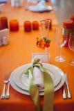 Dekoration von Tabellen an der Hochzeit Lizenzfreies Stockbild
