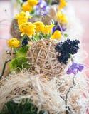 Gelbe Blumengestecke und Dekorationen stockfotografie