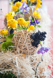 Gelbe Blumengestecke und Dekorationen lizenzfreies stockbild