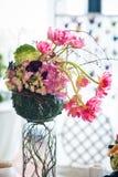 Rote Blumengestecke und Dekorationen lizenzfreies stockbild