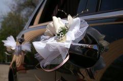 Dekorationen auf dem Hochzeitsauto. Stockbilder