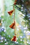 Dekorationen auf dem Weihnachtsbaum stockbild